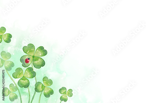 Valokuva  背景:四つ葉のクローバーとてんとう虫(4)