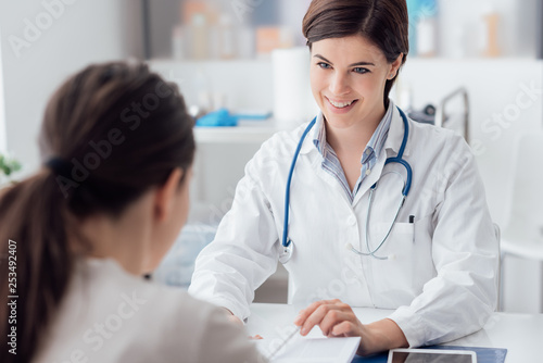 Stampa su Tela  Doctor explaining diagnosis to the patient