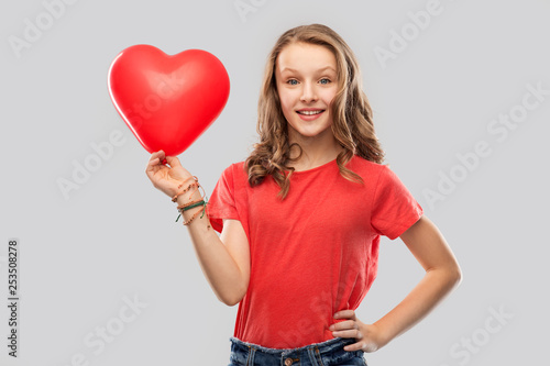 Photo  valentine's day, love and people concept - smiling pretty teenage girl with long
