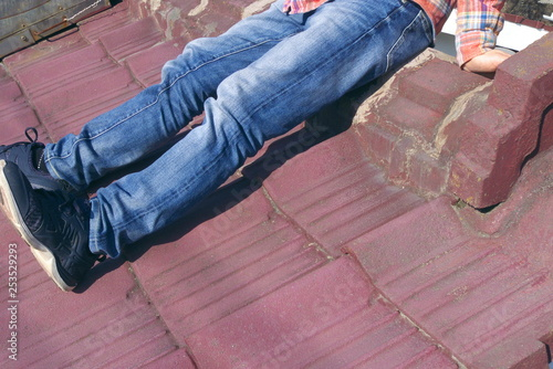 Fotografie, Obraz  男性・ボディパーツ・座る - A young man sitting alone on the Japanese traditional tiled roof