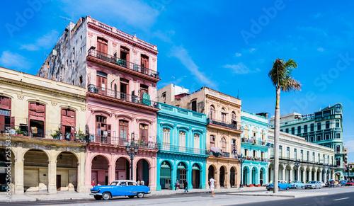 """Montage in der Fensternische Havana Die Hauptstraße in Havanna """"Calle Paseo de Marti"""" mit alten restaurierten Häuserfronten und Oldtimer auf der Straße - Panorama"""