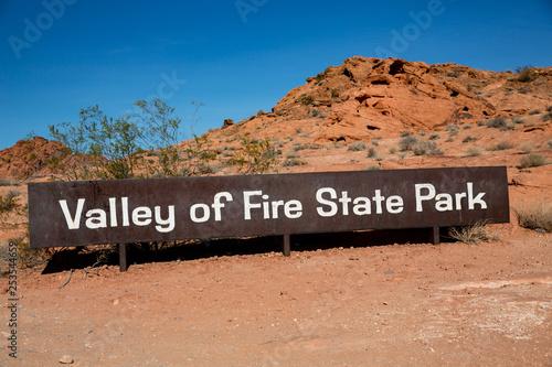 Fotografía  Eingangsschild am Valley of Fire State Park in Nevada, USA