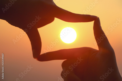 Cadres-photo bureau Rouge mauve woman hands making frame gesture with sunrise on mountain background.