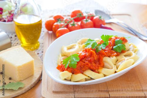 Fotografía  Tortelloni mit Tomatensauce