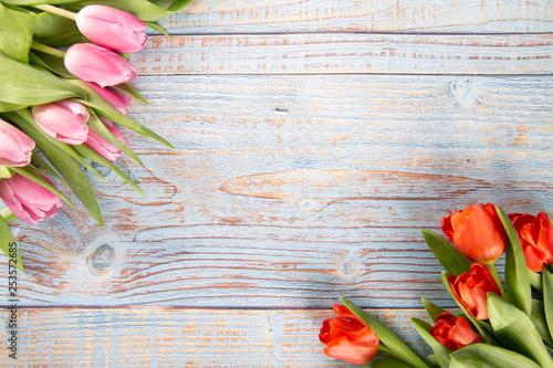 Kolorowe tulipany  na drewnianym tle - fototapety na wymiar
