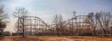 Verlassener Vergnügungspark Mit Achterbahn