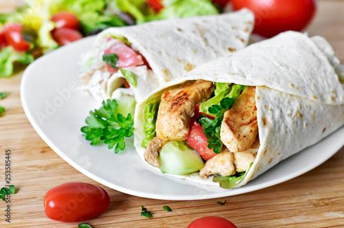Photo Delicious fresh chicken wrap, closeup shot