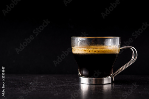 Stickers pour porte The coffee glass and coffee grain on black background. Copyspace