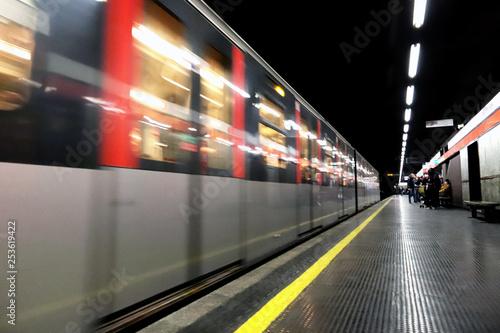 Fotomural METROPOLITANA DI MILANO IN ITALIA, MILAN UNDERGROUND IN ITALY