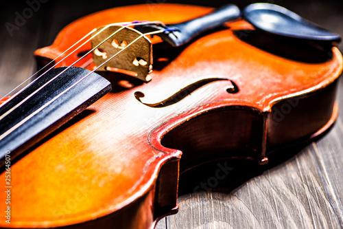 Część skrzypiec lub altówki na tle drewna