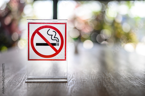 Photo No smoking sign on wooden table in coffee shop Don't smoking place in public