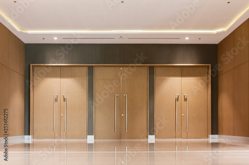 Photo wood door entrance closed of hall in hotel