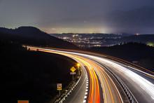高速道路と車の光跡