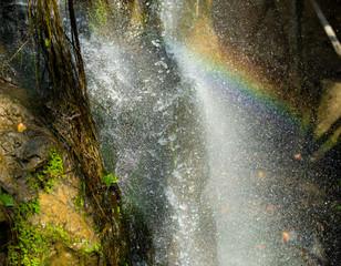 Piękna tęcza w wodzie spada