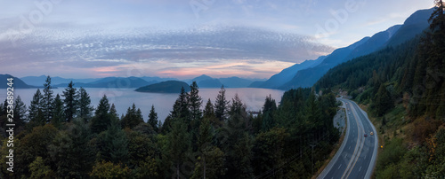 Photo  Aerial panoramic view of the scenic highway surounded by the Beautiful Canadian Mountain Landscape during a summer sunrise