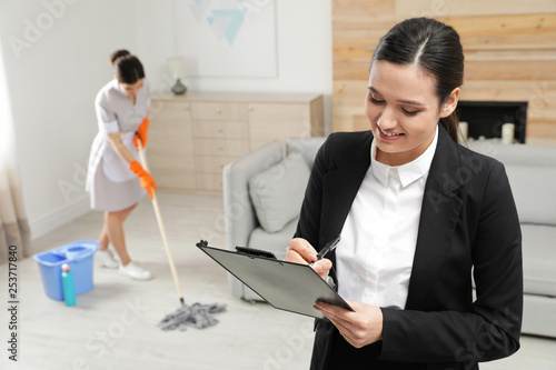 Fotografía  Housekeeping manager checking maid work in hotel room
