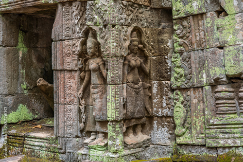 Photo  Relief of apsaras and false windows with balusters in Ta Prohm temple, Cambodia