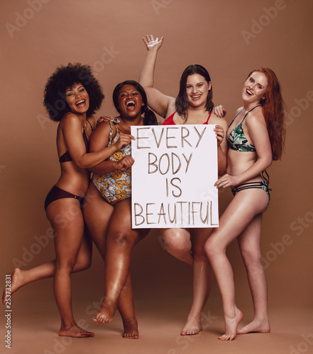 Leinwand Poster Cheerful female group with every body is beautiful signboard