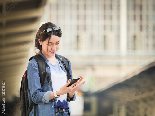 Asian woman traveling with mobile phone Fototapet