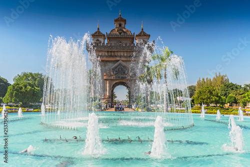 Foto  Patuxai, Victory Gate, a replica of Arc de Triomphe, Vientiane, Laos, Indochina, Southeast Asia, Asia