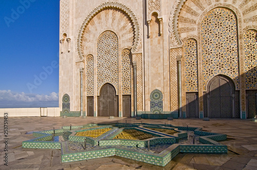 Foto  Ornate exterior of Hassan II Mosque in Casablanca, Morocco.