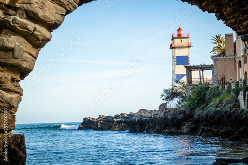 Foto  Lighthouse Museum of Santa Marta in Cascais Portugal, as seen from Santa Marta Beach on a beautiful clear blue day