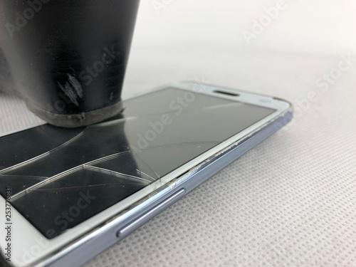 Fotografie, Obraz  clarissa colpisce lateralmente lo smartphone con le sue decolletè