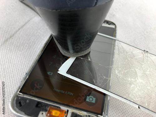 Valokuva  ragazza distrugge smartphone in molti pezzi