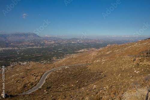 Foto  Zigzag road and landscape, Crete, Greece