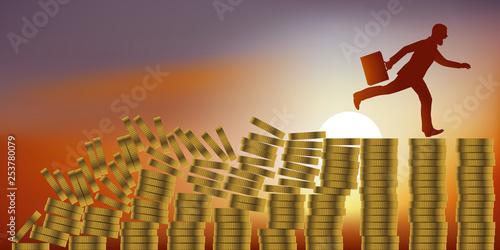 Fotografie, Obraz Concept de la catastrophe financière et du krach boursier, avec un homme paniqué qui, pour échapper à la faillite, court sur des piles de pièces de monnaie qui s'écroulent derrière lui