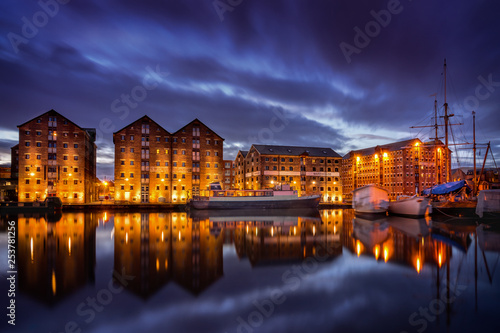 Foto auf AluDibond Braun Gloucester docks at night with reflection of warehouses and boats