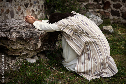 Photo Jesus praying in the garden of olives