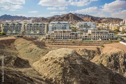 Foto  Israeli modern city building urban scenery landmark in rocky highland dunes dese