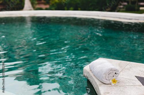 Towel And Flower In Luxury Spa Jacuzzi Pool Kaufen Sie Dieses Foto