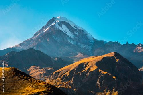 gora-kazbek-mkinvartsveri-w-sloneczny-dzien-gory-kaukazu