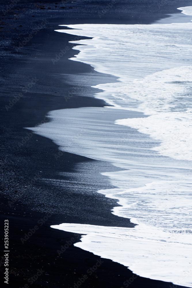 Fototapeta Wellen schlagen an den Strand, Vik, Island
