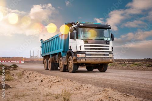 Cuadros en Lienzo camion benne sur le chantier en gros plan