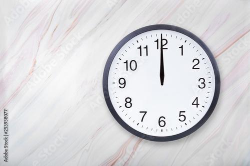 Wall clock on marble texture show twelve o'clock Canvas-taulu