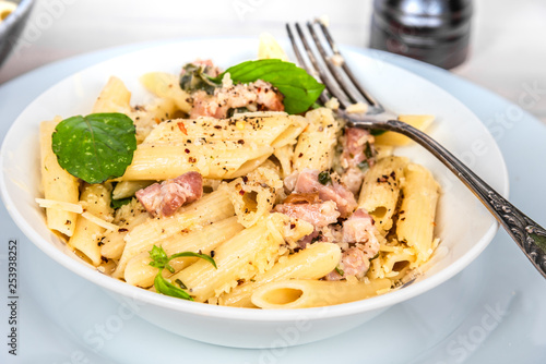 Canvastavla Very simple traditional Italian pasta - penne with pancetta and cheese in a plat