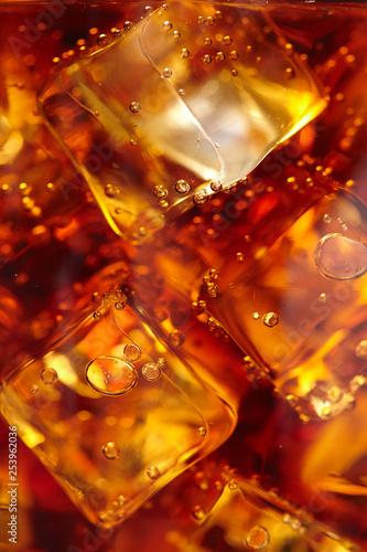 Fotografia  cola with ice cubes