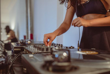 Junge DJ Frau Am Mischpult Tur...