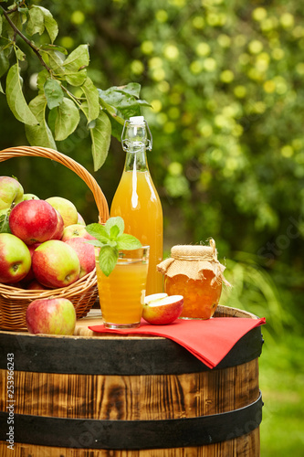 Fotografia apples on background orchard standing on a barrel