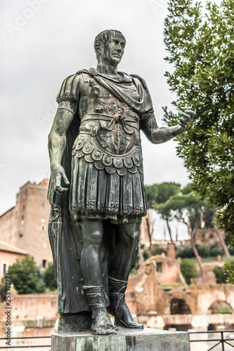 Fotografía  ROME, ITALY - November, 2018: Statue of Iulius Caesar in Rome