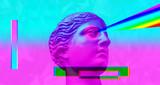 Purpurowa różowa antykwarska rzeźba na retro vaporwave tle. Kolaż sztuki współczesnej. - 253978258