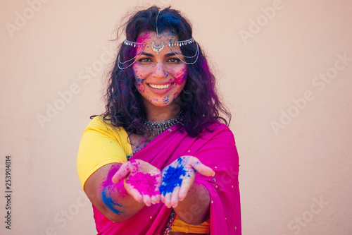 Fotografia female indian model snow-white smile on holi color festival