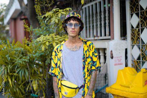 Fotografía  Portrait of young rebellious man with plants outdoors