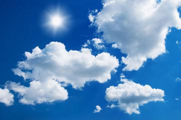 tło błękitnego nieba z białymi chmurami