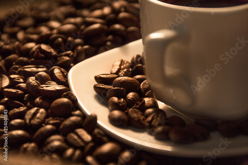 Photo  Fragrant roasted coffee in a white cup.