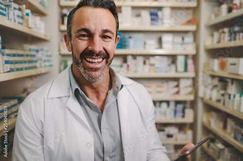 Poster Pharmacie Professional male pharmacist working in medical store