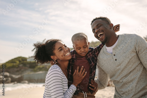 Poster Individuel Beautiful family on vacation at beach